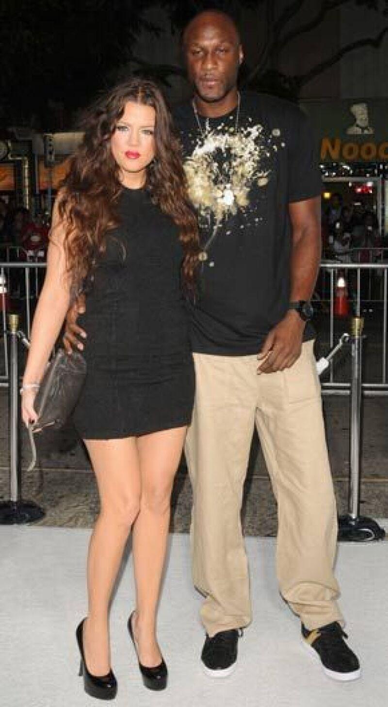 El delantero de 29 años del equipo de baloncesto Los Ángeles Lakers y la socialité de 25 años contrajeron nupcias el domingo en una residencia privada en Beverly Hills.