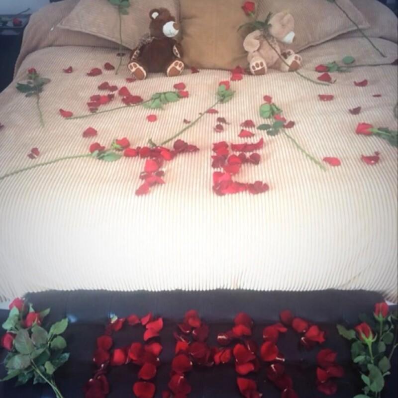 Gerardo cubrió de rosas la cama y le añadió un detalle muy especial