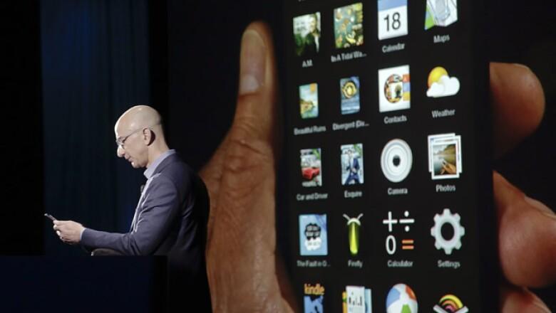 El Fire Phone tiene botones de alumnio, conectores de acerto y una pantalla LCD de 4.7 pulgadas con un procesador de 2.2 GHZ y 2 GB de memoria.