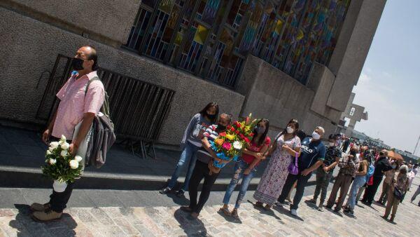 Largas filas se observan para ver a la imagen de la virgen en la Basílica de Guadalupe.