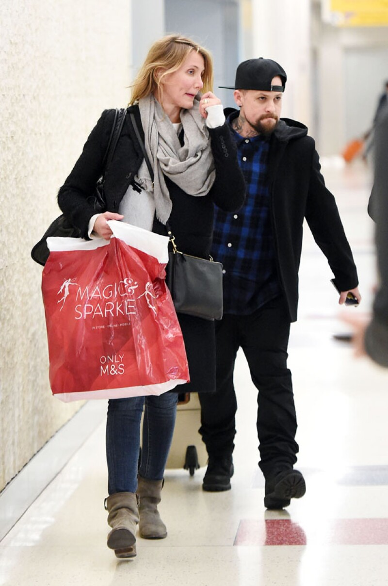 Cameron Diaz y su ahora prometido fueron vistos caminando en un aeropuerto de Nueva York notablemente felices.