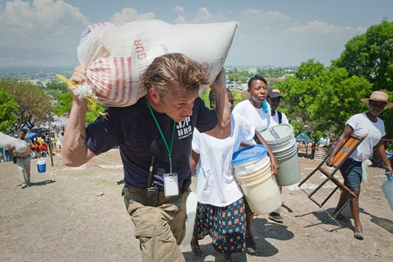 Sean Penn colaborando en la reconstrucción de Haití.