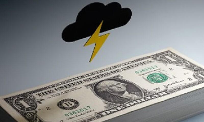 La caída del dólar podría desatar una guerra de divisas entre EU y sus principales socios comerciales. (Foto: Getty Images)