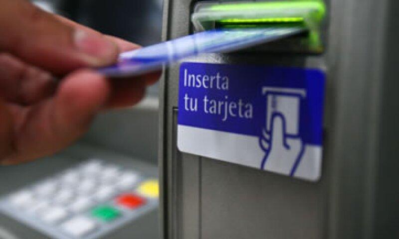 La principal operación que realizan los usuarios de cajeros automáticos son retiros en efectivo. (Foto: Cuartoscuro)