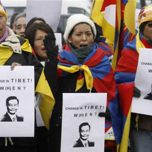 Unos 100 activistas a favor del Tibet realizaron este miércoles una protesta contra la presencia del primer ministro chino Wen Jiabao en el Foro Económico Mundial, a un kilómetro de distancia del centro de conferencias. (Reuters).