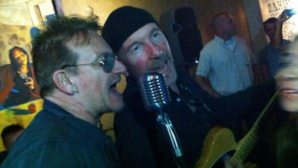 Uno de los temas los cantantes tocaron en el bar fue `Desire´.
