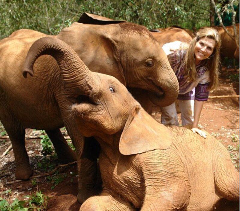 Montse demostró su conocido amor por los animales en su viaje a Africa.