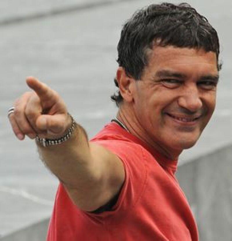 El actor español desfiló por la alfombra fucsia para presentar la película The Other Man.