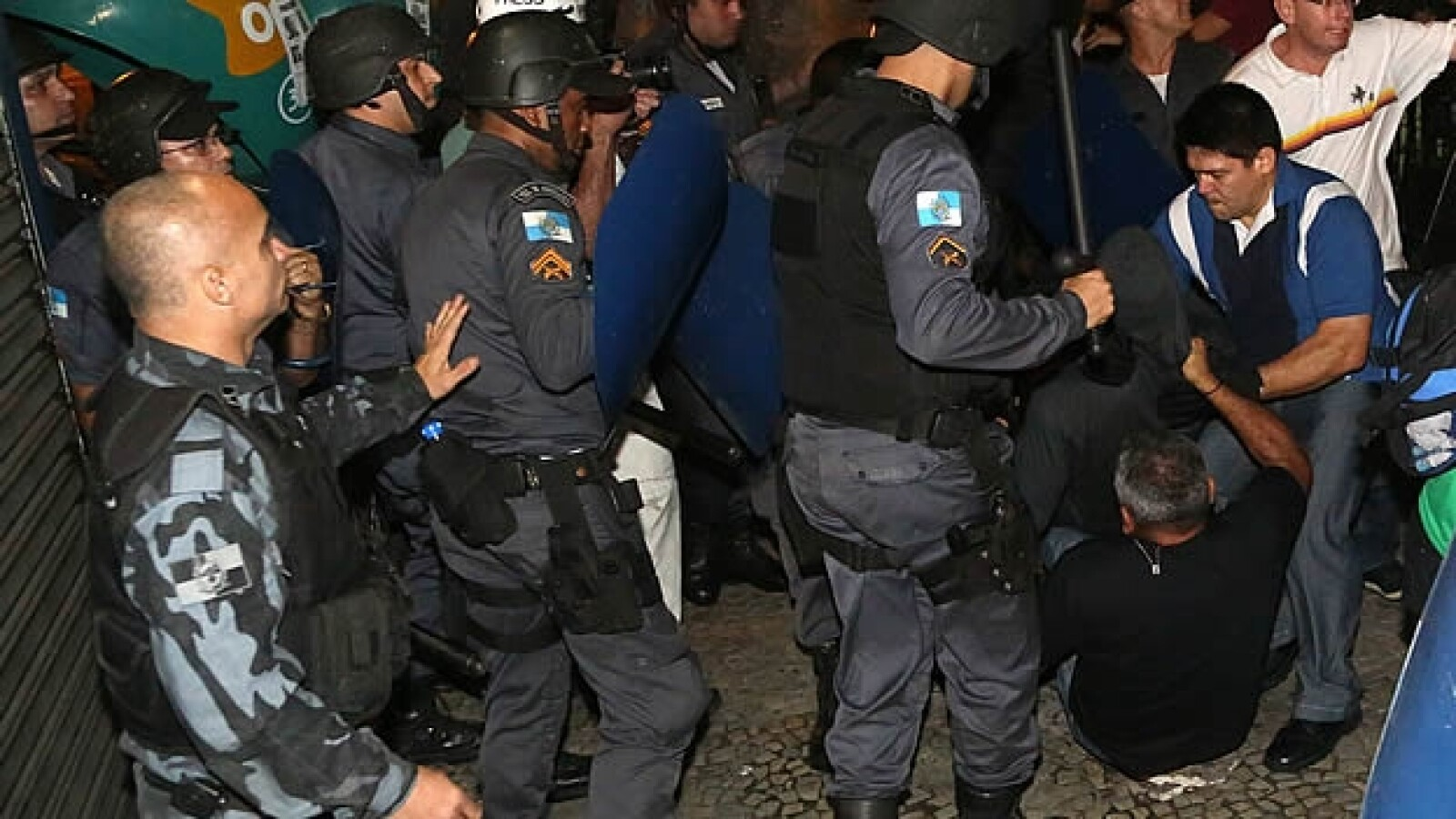 Manifestantes policias recepcion Francisco