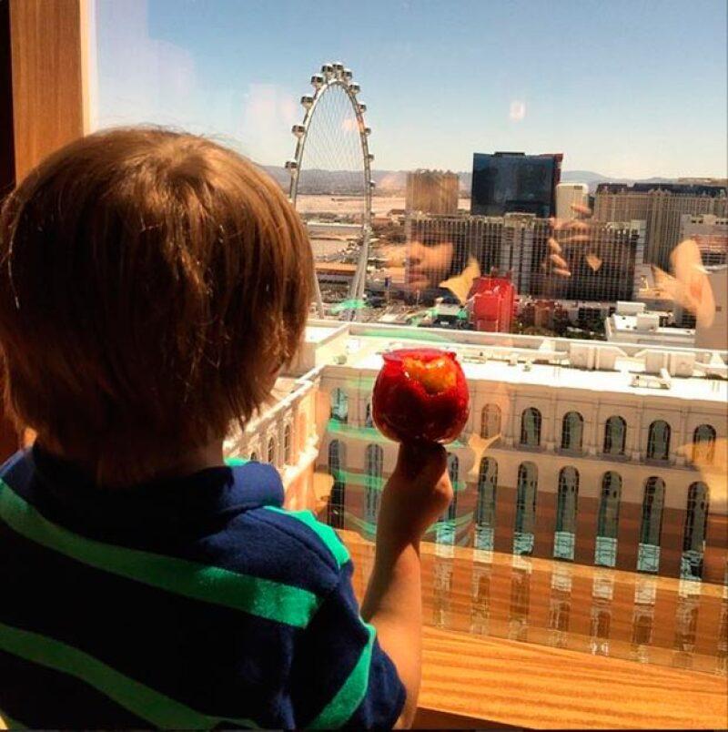Matthew Alejandro admira el paisaje mientras disfruta de una manzana con caramelo.