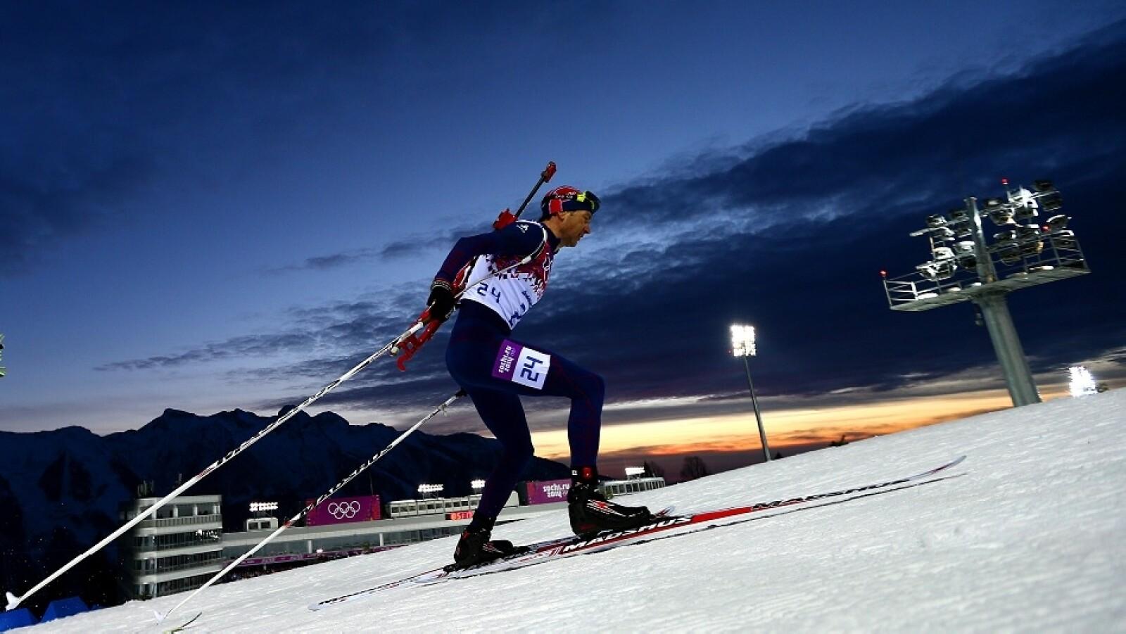 Ole Einar Bjoerndalen de Noruega obutvo el oro en el sprint biathlon de 10 kilómetros masculino