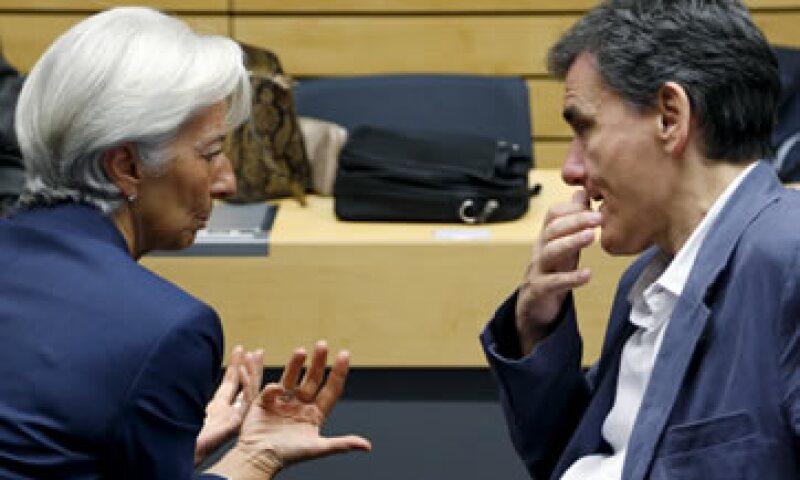 Christine Lagarde, directora del FMI, conversa con el ministro de Finanzas de Grecia, Euclides Tsakalotos, en la reunión de la eurozona del domingo. (Foto: Reuters )