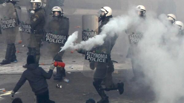 La mayoría de los inconformes empezaba a dispersarse, pero pequeños grupos continuaban enfrentándose a la Policía.