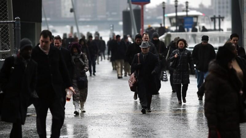 gente caminando con frio en nueva yokr