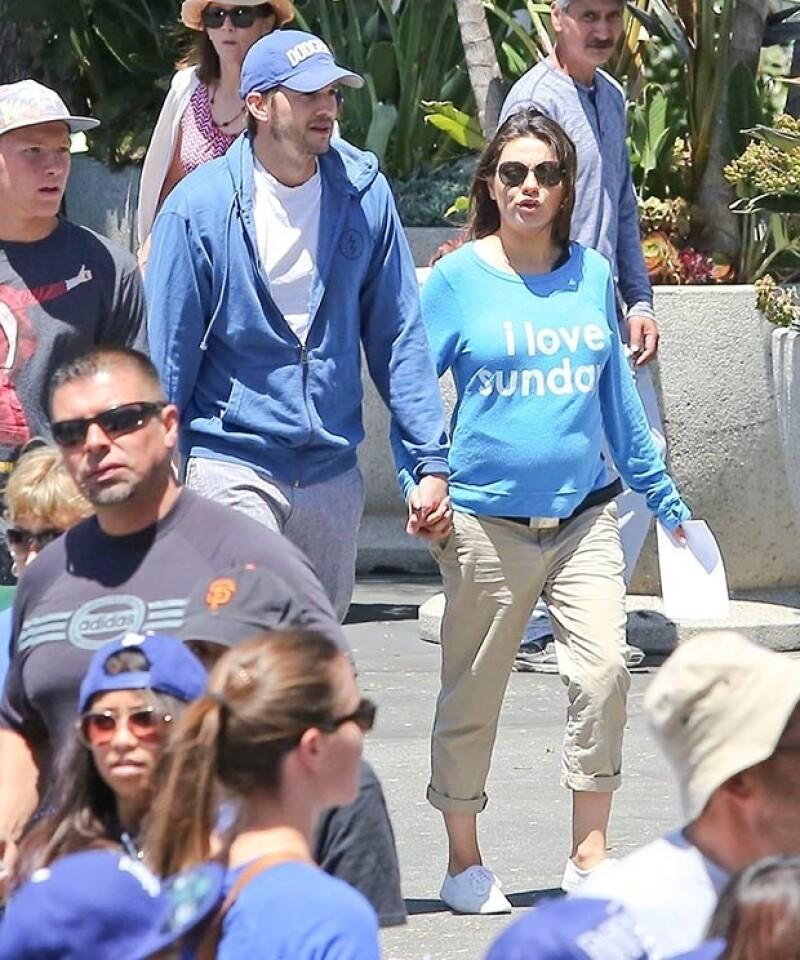 Ashton y Mila fueron captados durante el embarazo en diversas salidas públicas.