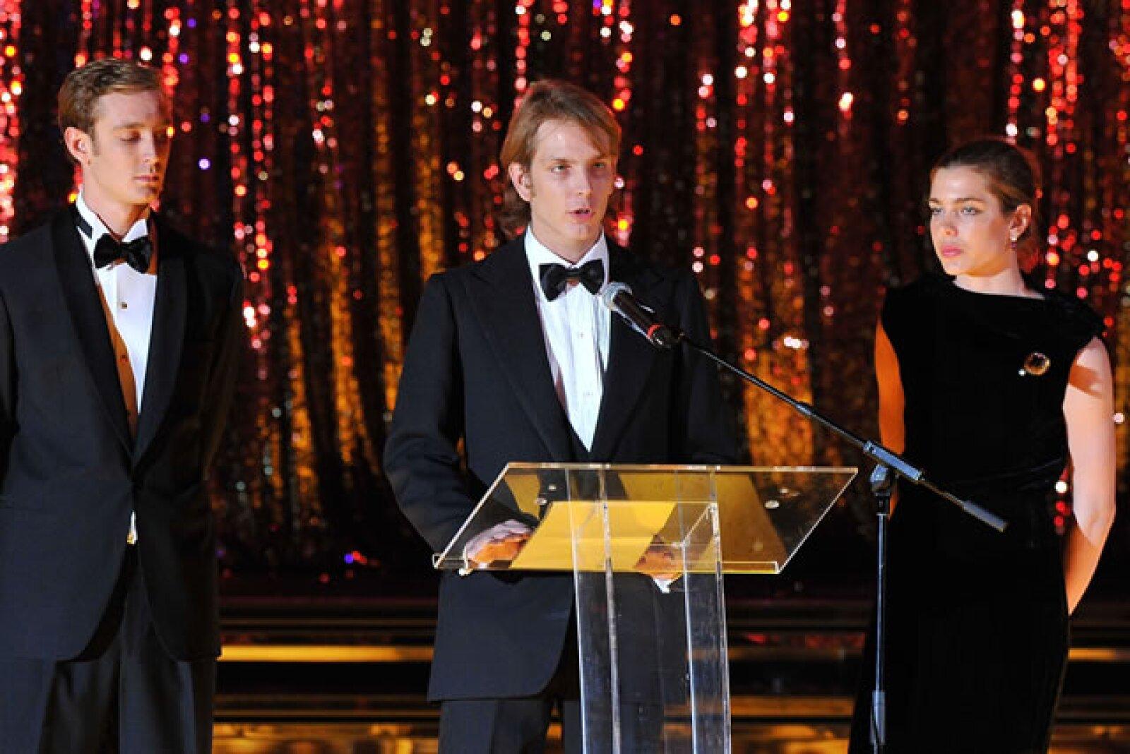 Dando el discurso oficial previo al Baile de la Rosa de este año, acompañado por sus hermanos Pierre y Carlota.