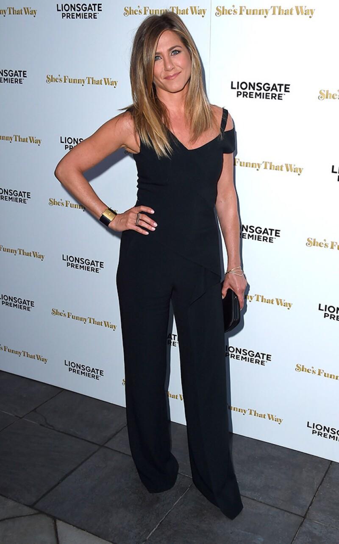 """La actriz reapareció en el estreno de su película """"She&#39s Funny That Way"""", luciendo su anillo, y habló por primera vez de su nueva etapa como casada con Justin Theroux."""