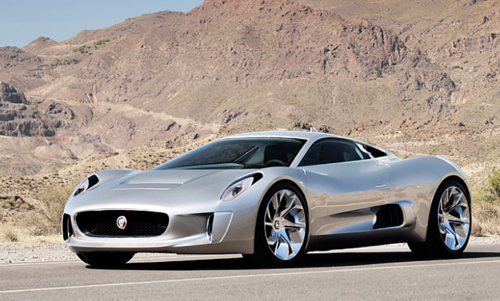 El vehículo tiene un rendimiento de 0 a 100 km/h en 3.4 segundos y alcanza una velocidad máxima de 330 km/h. Por cada kilómetro, el automóvil emite 28 gramos de bióxido de carbono.