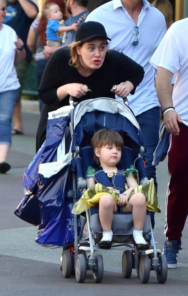 Adele fue captada paseando a su hijo Angelo en Disneyland, donde el pequeño lució un vestido de la princesa Elsa.