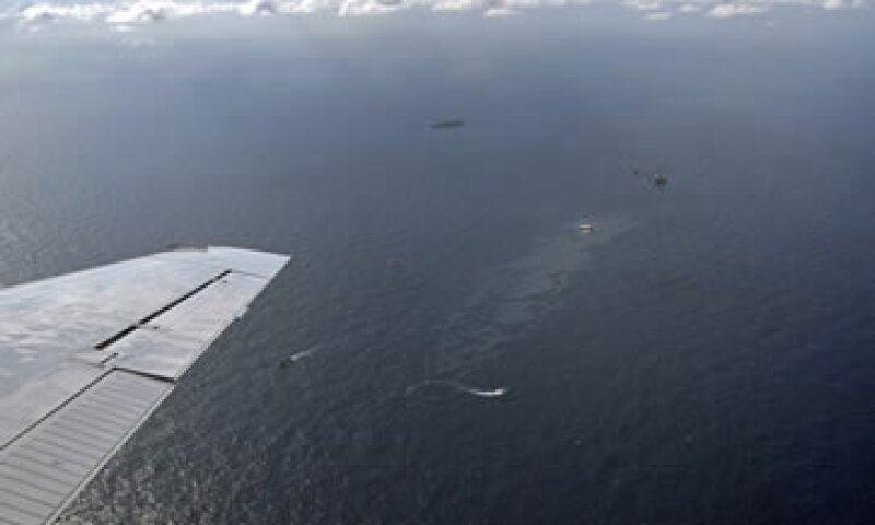 El derrame de Chevron, que equivalió a entre 2,400 a 3,000 barriles de crudo  nunca llegó a las playas y fue controlado rápidamente. (Foto: AP)