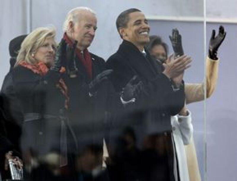 Obama, su esposa e hijas, y el vicepresidente electo Joe Biden y su esposa Jill, se sentaron detrás de una barrera de cristal blindado en la escalinata.
