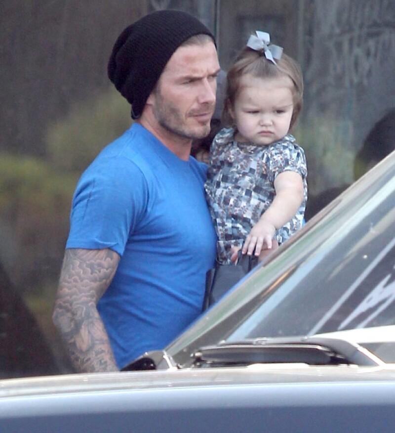 David Beckham y su hermosa hija fueron captados saliendo de un restaurante en Melrose Place, donde la pequeña salió en los brazos de su famoso padre.