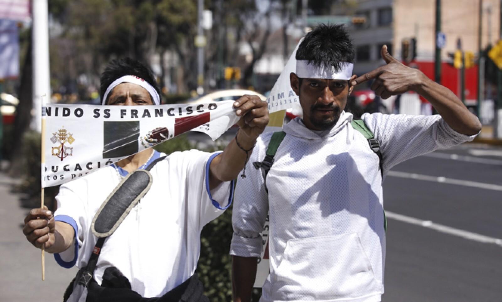 En las calles, los feligreses ondeaban banderines para recibir al primer papa latinoamericano.