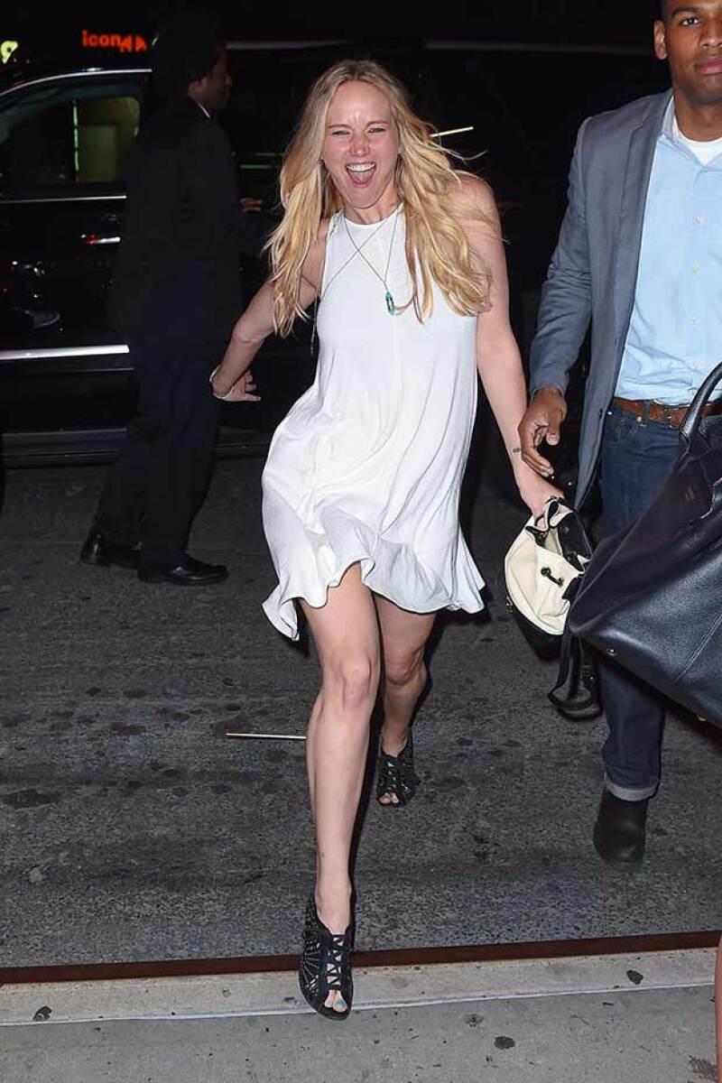 Jennifer Lawrence salió de muy buen humor del Nobu tras cenar con sus amigas.