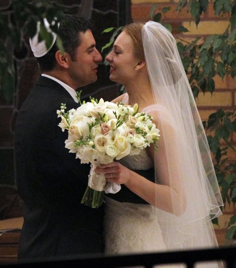 El novio Michael de 36 años y su esposa Alexandra de 29 cerraron su compromiso con un gran beso.