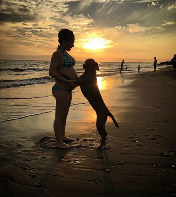Con su perrita Tacha, en la playa de Puerto Vallarta.