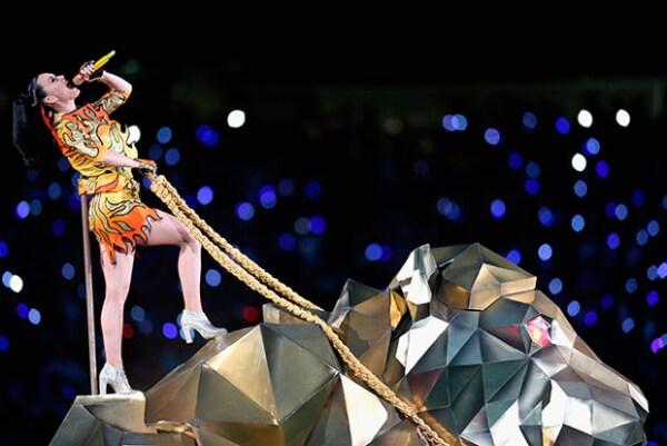 La cantante tuvo un performance espectacular, lleno de luces y efectos.