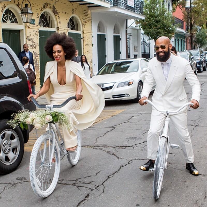 Los novios llegaron en bicicleta al lugar.