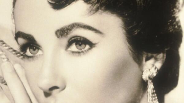 En los años 50 Elizabeth Taylor fue un gran exponente de esta tendencia sus bella mirada se enmarcaba a manera fuerte con sus cejas pobladas.