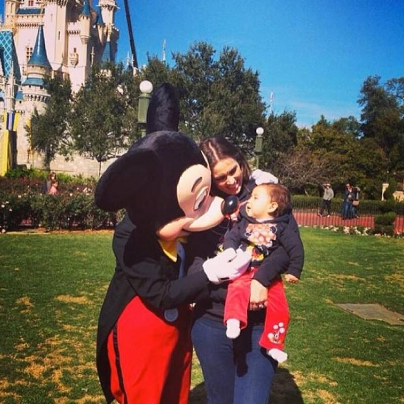 Con una tierna imagen, la conductora le mostró a sus seguidores de Twitter e Instagram que se encuentra de paseo con su primogénita en Disney World, donde su hija ya conoció a su primer amor.