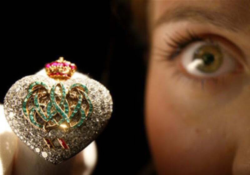 Una persona sostiene un anillo de Cartier, valuado en más 150,000 dólares. (Foto: AP)