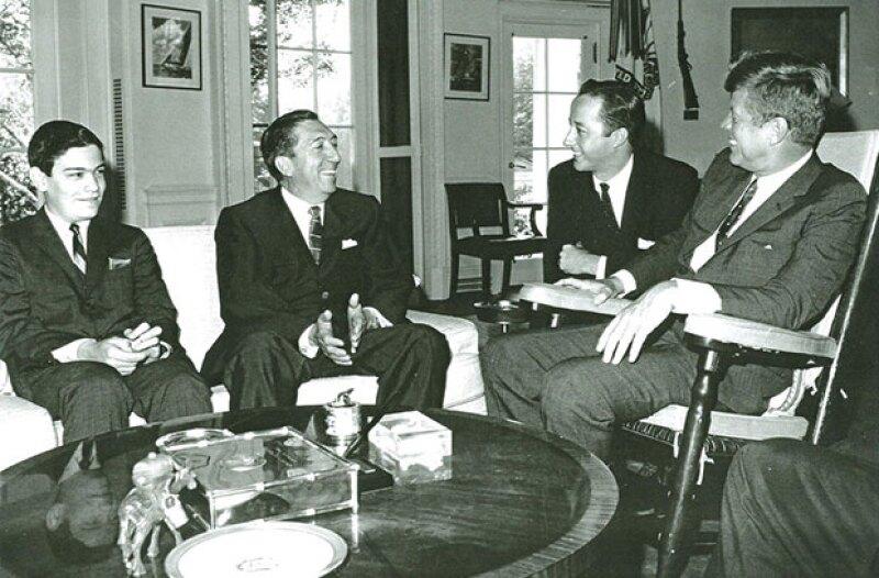 El ex presidente Miguel Alemán Valdés, junto a su hijo Jorge, en una visita de John F. Kennedy.