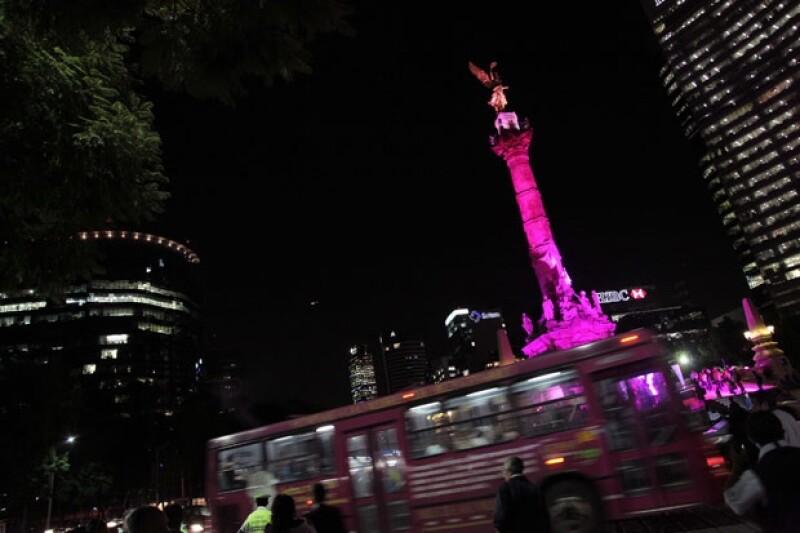 El Ángel de la Independencia se pintó de rosa.