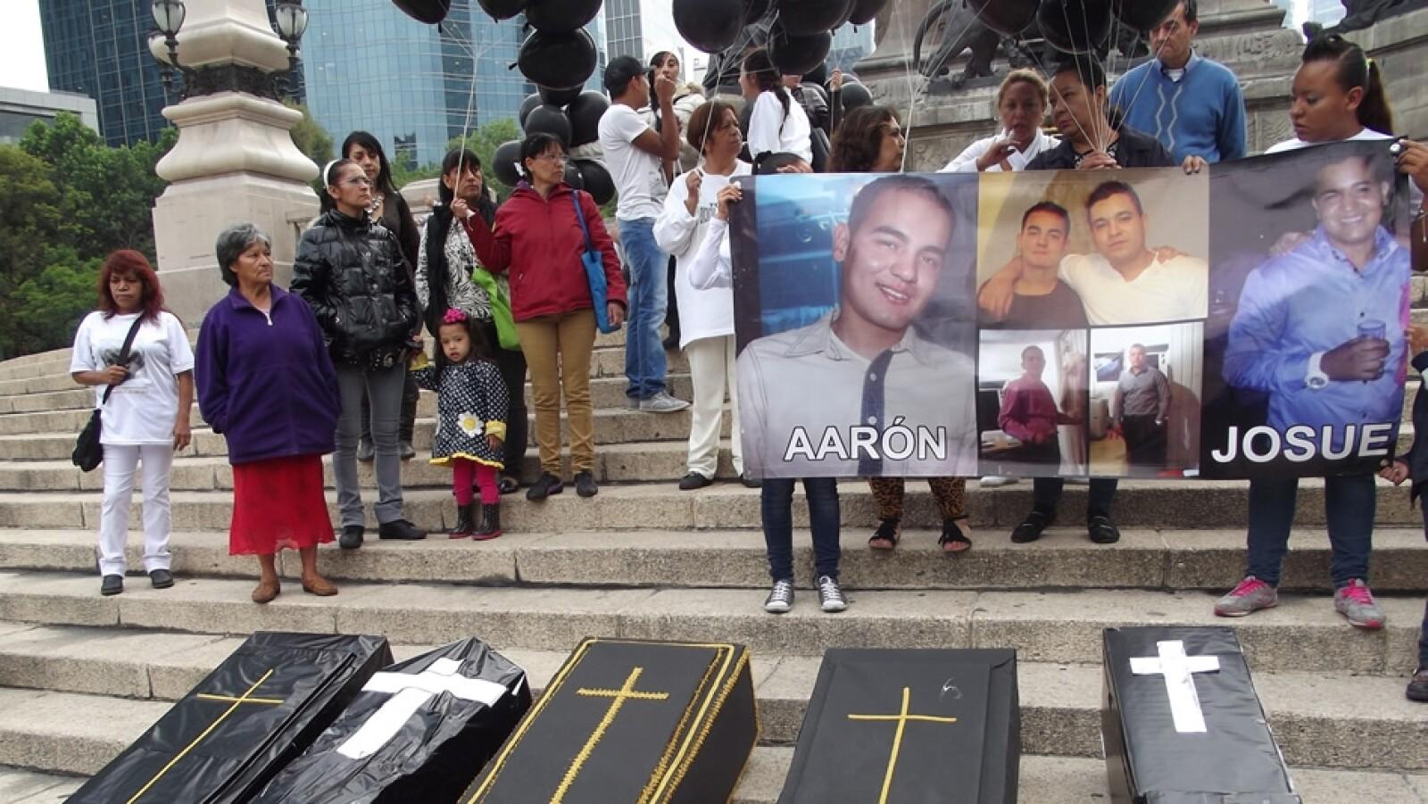 en las escalinatas del monumento del Ángel de la Independencia, las madres colocaron frente a ellas los ataúdes de cartón