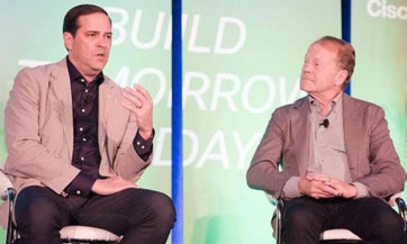John Chambers (der) contempla entre sus planes futuros, el de impulsar y encaminar startups. (Foto: Cortesía Cisco)