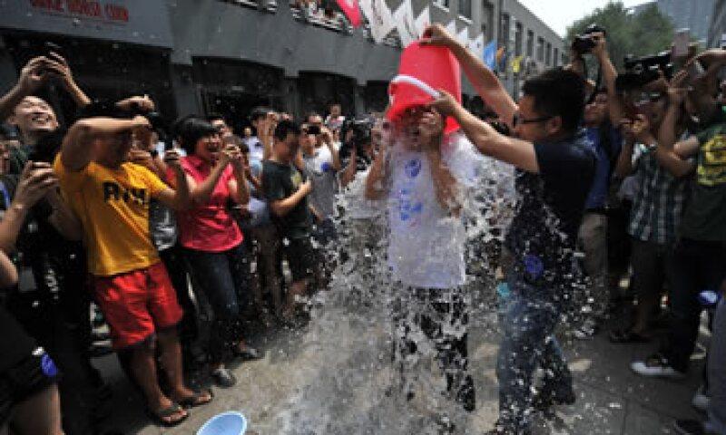 El reto del balde de agua helada trata de llamar la atención sobre la enfermedad.  (Foto: AFP)