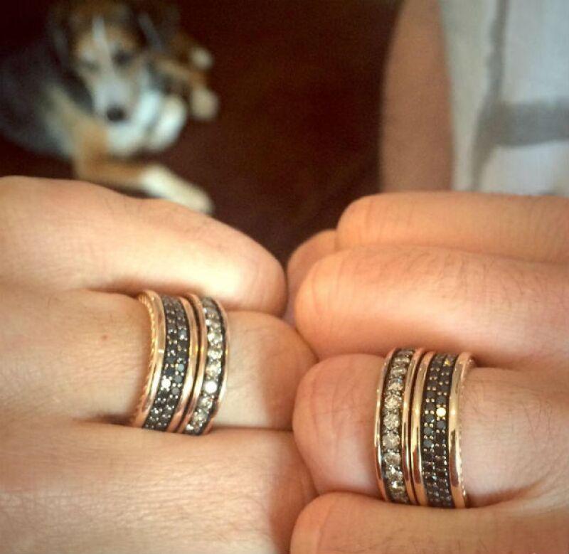 Los anillos de casados de Lance y Michael.