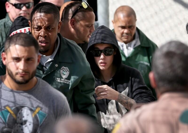 Una fuente oficial informó a CNN que tres policías fueron sancionados por escoltar al cantante del aeropuerto a una zona de clubes nudistas de Opa-Locka, Miami.