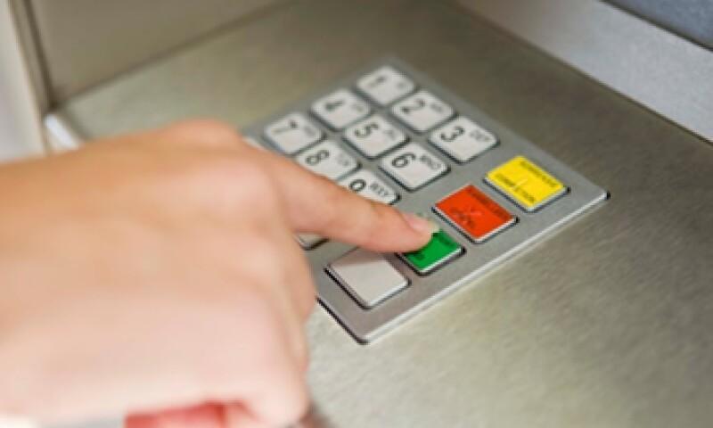 La Condusef asegura que es más baja la tasa que se cobra en los cajeros ubicados en las sucursales bancarias que los instalados en supermercados.  (Foto: Thinkstock)