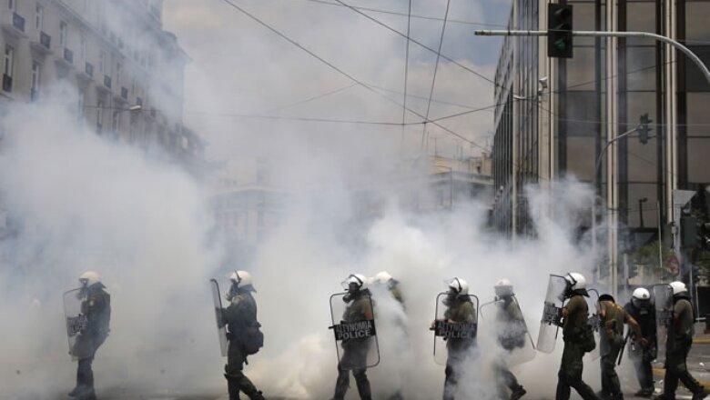 Con la aprobación del paquete de austeridad se espera que Grecia reciba 12,000 millones de euros de la Unión Europea y el FMI.