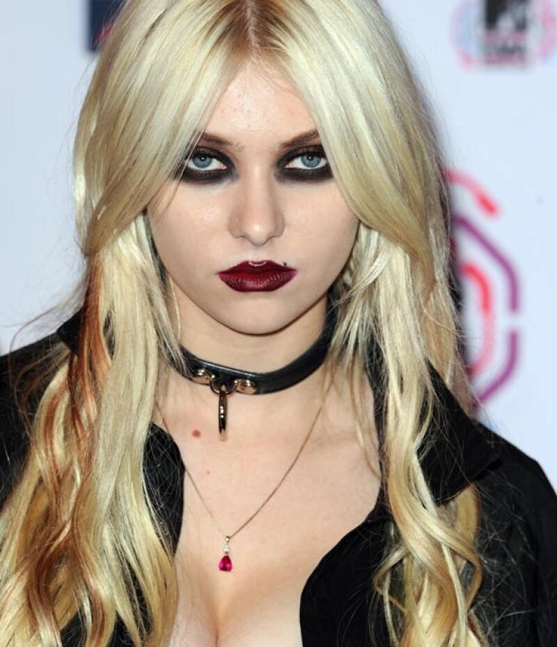 Taylor Momsen siempre luce maquillaje cargado y un look dark.