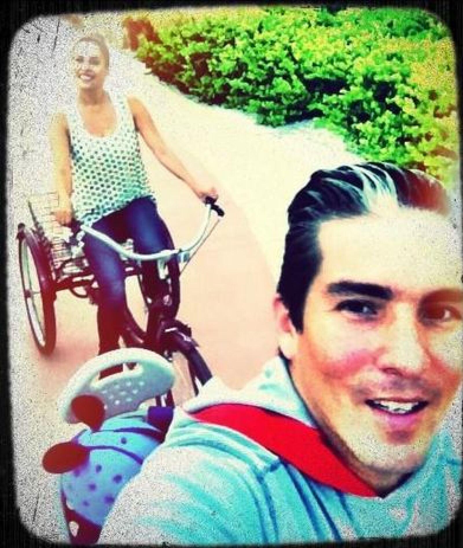 La familia da un paseo en triciclo.