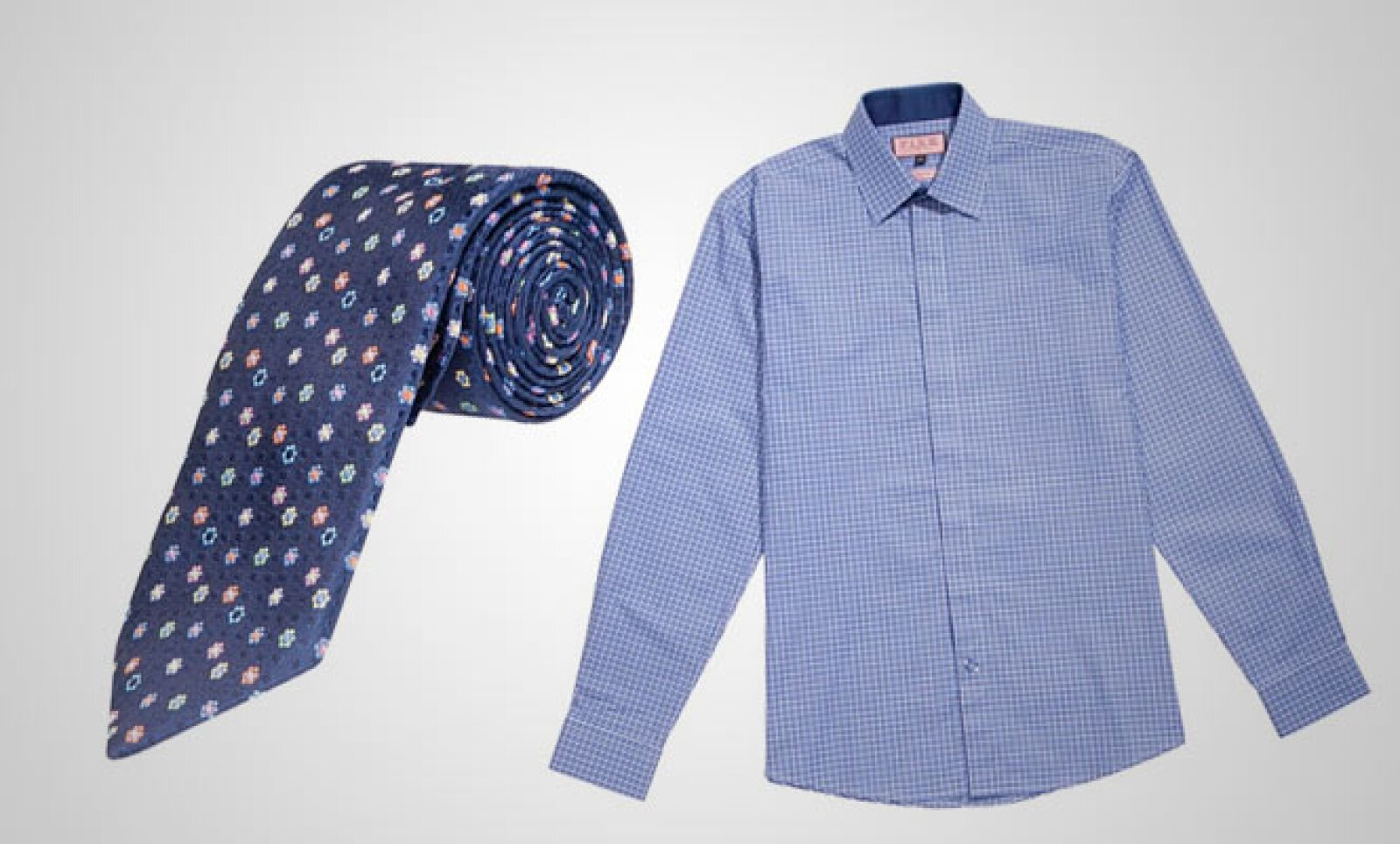 Una camisa azul en seda que se combina con una corbata del mismo material.