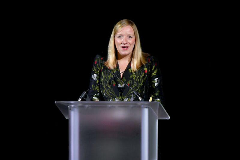 Sarah Burton ganando el premio Internacional de los CFDA's