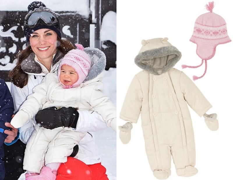 El snowsuit de la princesa Charlotte es de John Lewis.