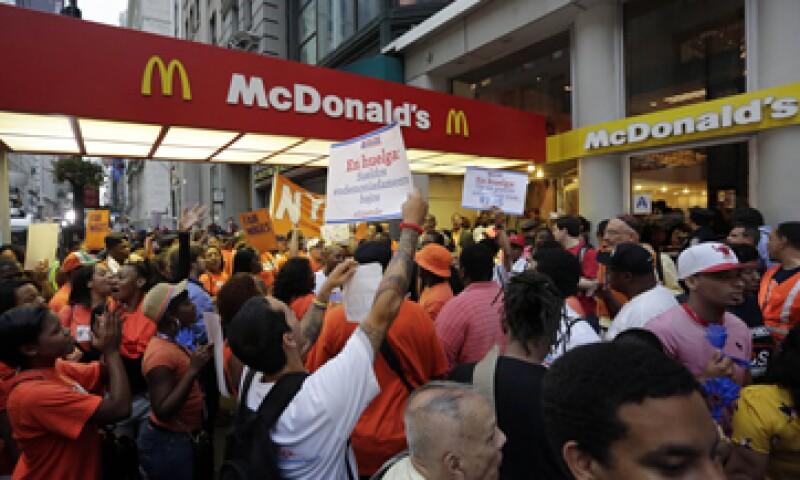 Los trabajadores de McDonald's y otras cadenas de comida rápida quieren formar sindicatos y negociar salarios más altos. (Foto: AP)